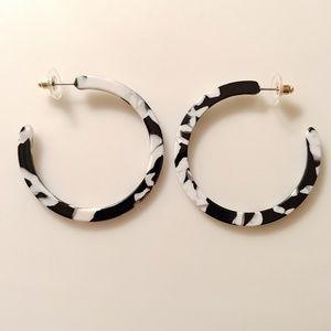 Jewelry - 🆕 Zebra White Pearl & Black Tortie Hoop Earrings